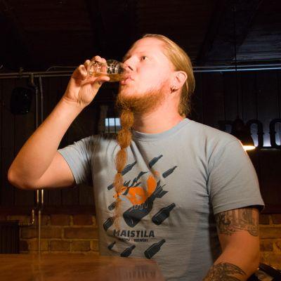 Rauli Alaruikka juo olutta