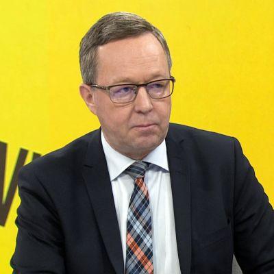 """Elinkeinoministeri Mika Lintilä: """"Tehtaiden lopettamisuutisia tulossa lisää"""""""