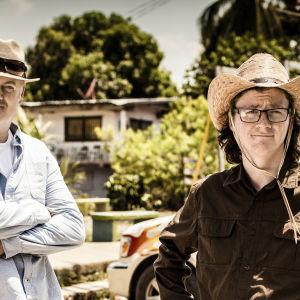 Koomikkoystävykset Dara Ó Briainn ja Ed Byrne matkaavat maailman pisintä tietä Yhdysvalloista Panamaan.