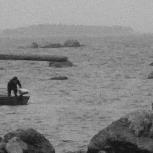 Kaksi henkilöä veneessä Tammion saaren liepeillä.