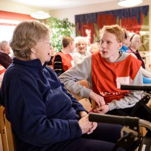 Julia Huttunen ja Juho Röytiö vaihtoivat kuulumisia lukiolaisten ja Punaisen Ristin järjestämässä tilaisuudessa.