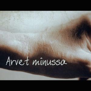 Arpinen, viillelty käsi, päällä teksti Arvet minussa