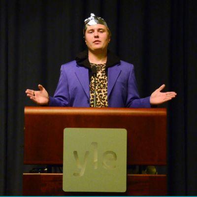 André Karring står i talarstol och talar till ailiens