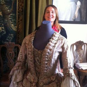 Professori Paula Hohti tutkii renessanssipukuja.Luccan arkistossa Italiassa.