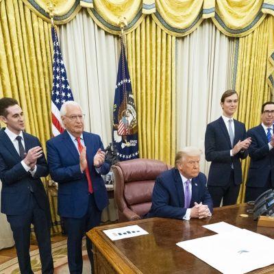 Representanter för Förenade Arabemiraten och Israel har undertecknat ett fredsavtal i Vita huset. I mitten Donald Trump som var tredje part i avtalsförhandlingarna.