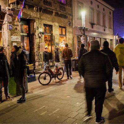 Illan hämärrättyä Budapestin seitsemännen kaupunginosan baarit alkavat täyttyä. Usein juhlinta jatkuu kaduilla, ja kevään tullen koko alue muistuttaa yhtä suurta festivaalialuetta.
