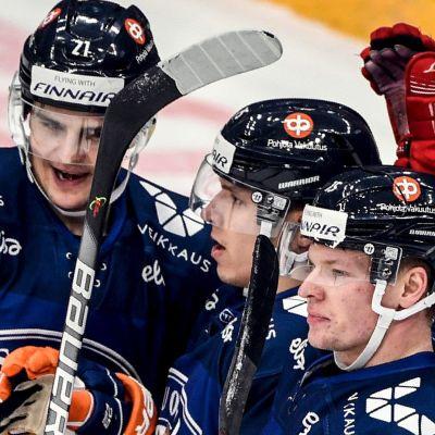 Lejonen jublar efter mål mot Sverige.