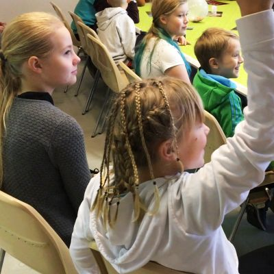 Kultavuoren koulun viitosluokkalaiset esittävät kysymyksiä.