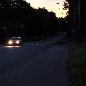Biltrafik i gryningen.