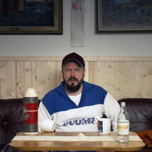 Docventures: Riku Rantala istuu sohvalla