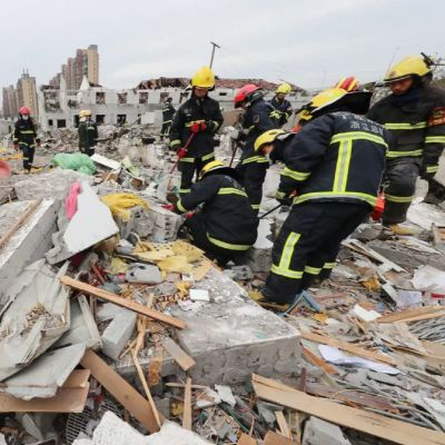 Röjning pågår efter en stor explosion i den kinesiska hamnstaden Ningbo.