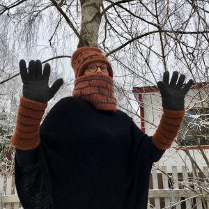 Kuvittajan työn kiukkuja Virpi Talvitie purkaa käsitöillä. Hän on huomannut, että useimmiten hänen käsitöistään syntyy savupiippuja: pipoja, ranteenlämmittimiä ja kaulureita.