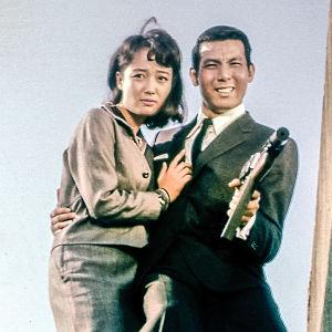 Jô Shishido osoittelee aseella elokuvassa Etsivätoimisto 2 - 3: Kuolkaa, paskiaiset!