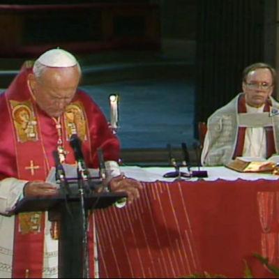 Paavi Johannes Paavali j John Vickström Turun Tuomiokirkossa 1989