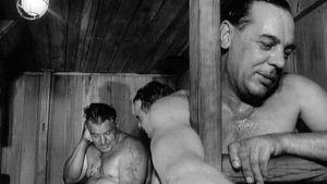 Miehet saunovat laivan saunassa