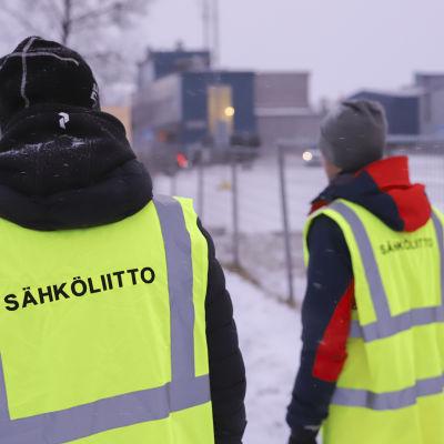 Sähköliiton lakkovahdit Heikki Konttajärvi ja Pekka Kenttä päivystää Outokummun työntekijöitä.