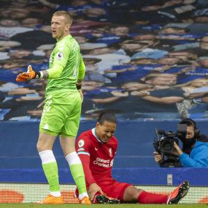 Jordan Pickford breddar ut händerna framför en grimaserande Virgil van Dijk.