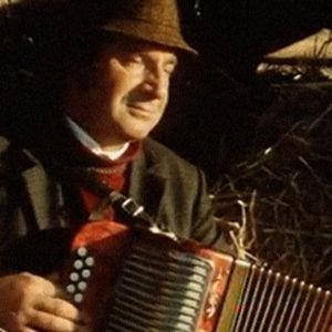 Tauno Krossi musisoi pellolla 1977.