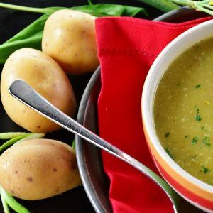Potatissoppa i randig skål.