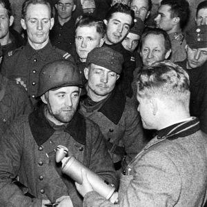 Toimittaja Pekka Tiilikainen haastattelee sotilaita rintamalla.