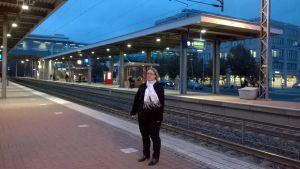 Sabina Holmström på tågstationen i Esbo.