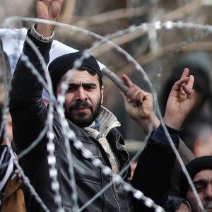 Över 10 000 flyktingar har samlats på ingenmansland vid gränsen mellan Turkiet och Grekland.