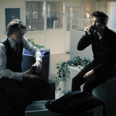Steffe (Tommi Liski) ja Kimmo (Jussi Vatanen) rentoutuvat rankan päivän jälkeen. Kohtaus nähtiin Kimmon 1. kauden jaksossa Lopputili.