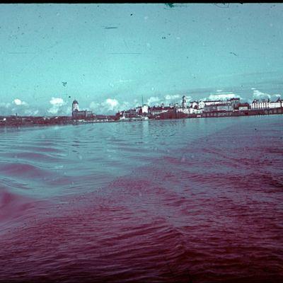 Jalmari Lankinen fotograferade Viborg från havet 1942. I mitten av bilden syns Viborgs slott.