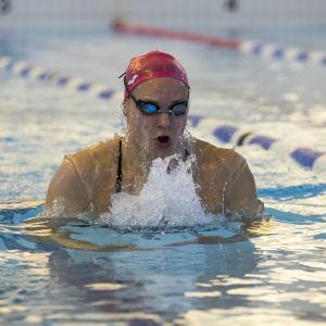 Uimari Jenna Laukkanen ui rintaa Vuokatin uimahallin altaassa.
