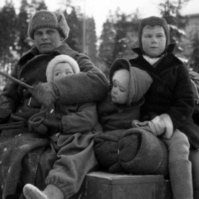 Perhe reessä talvisodan aikana.