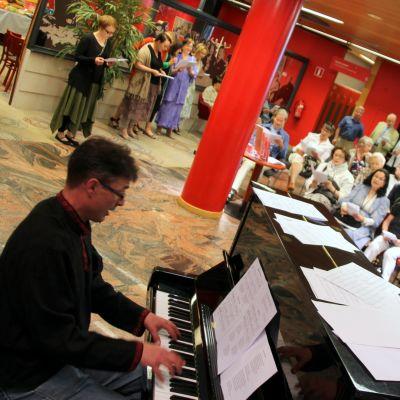 Yhteislaulua Sortavalaa muistelevassa näyttelyssä