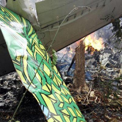 Pienkoneturma Costa Ricassa, kuvassa koneen palasia ja tulta metsässä Costa Ricassa.