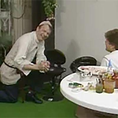 Jaakko Kolmonen ja Sirkka Gustafsson grillaamassa parvekkeella