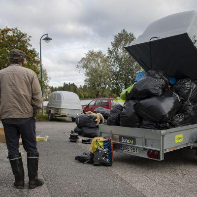 Eesti klubi Ry:n miehet seisovat vaateavustus peräkärryn vieressä.