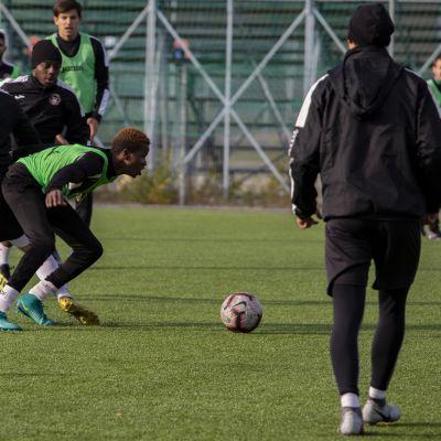 AC Kajaanin pelaajat taistelevat pallosta harjoituksissa.