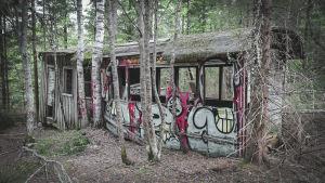 Vanha raitiovaunu metsässä.