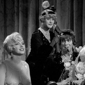 Sugar (Marilyn Monroe), basisti Jerry/Daphne (Jack Lemmon) ja saksofonisti Joe/Josephine (Tony Curtis) elokuvassa Piukat paikat