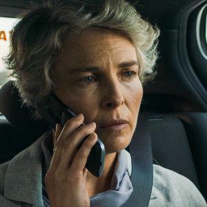 Rauhantekijä-sarjan näyttelijä Irina Björklund istuu autossa.