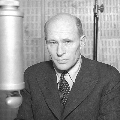 Toivo Pekkanen radiostudiossa (1945).