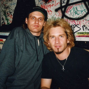 Lasse Grönroos och Eric Singer (Kiss) på Tavastias backstage 1996.
