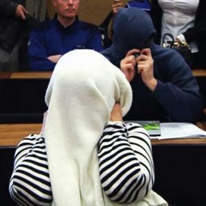 Syytettyjä oikeudenkäynnissä.