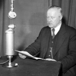 Väinö Tanner kertoo radiossa rauhasta