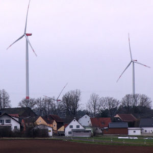 Två vindmöllor strax intill en tysk by.