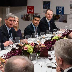 Saksalainen dokumentti seuraa Davosissa järjestettävän talousfoorumin tapahtumia kulisseissa.