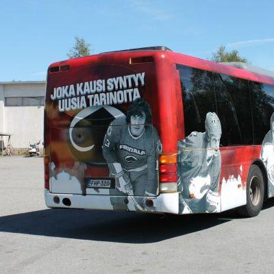 Ässä-pelaajien kuvia linja-auton kyljessä