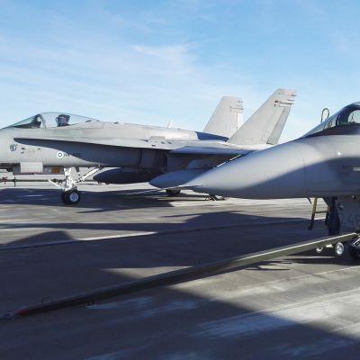 Suomalainen ja ruotsalainen hävittäjä (Hornet ja Gripen).