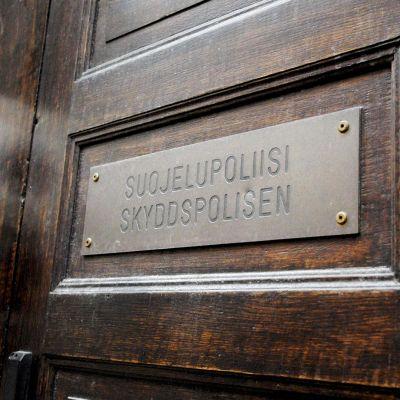 Suojelupoliisin kyltti Helsingissä.