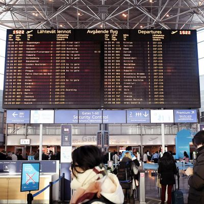 Matkustajia Helsinki-Vantaan lentoasemalla sunnuntaina.