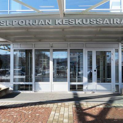 Länsi-Pohjan keskussairaalan sisäänkäynti.