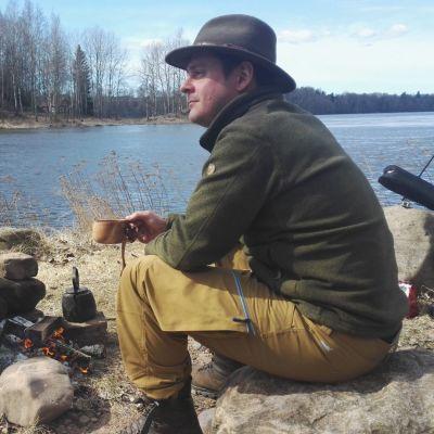 Mikko Laakso katselee jokimaisemaa